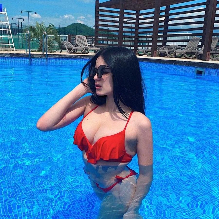 Карина Аракелян в бассейне