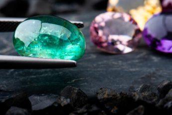 Изумруд на фоне других драгоценных камней
